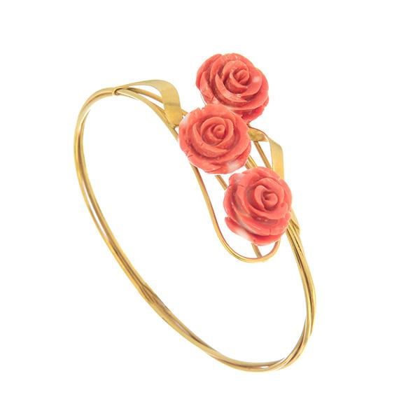 Brazalete de oro con tres rosas de coral
