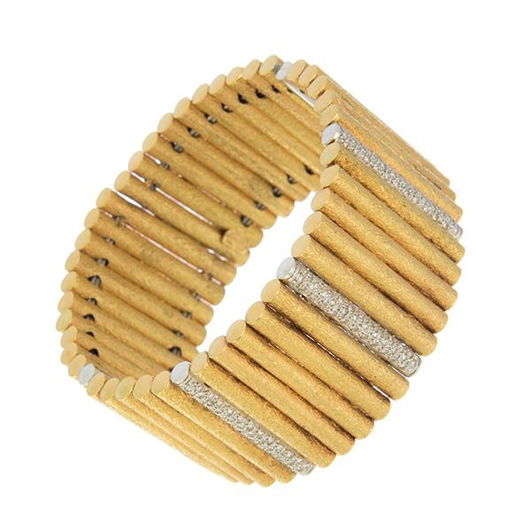Brazalete formado por cilindros de oro con diamantes