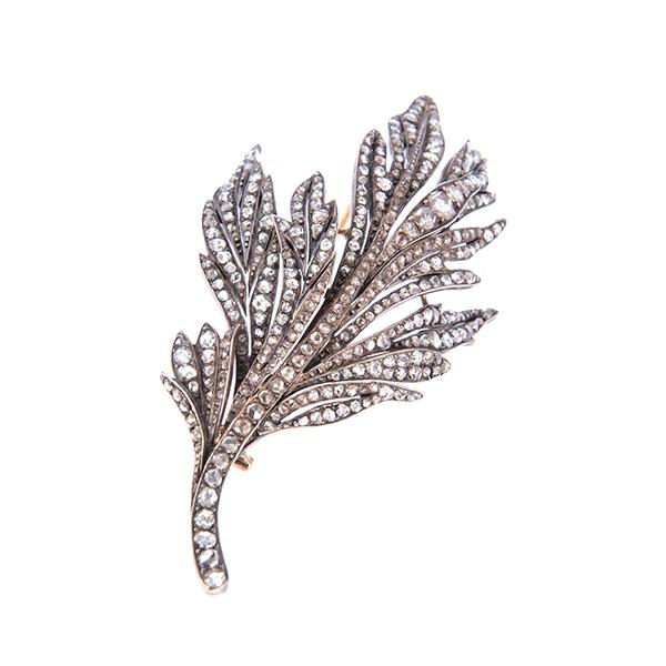 Broche antiguo de rama de oro amarillo y diamantes.