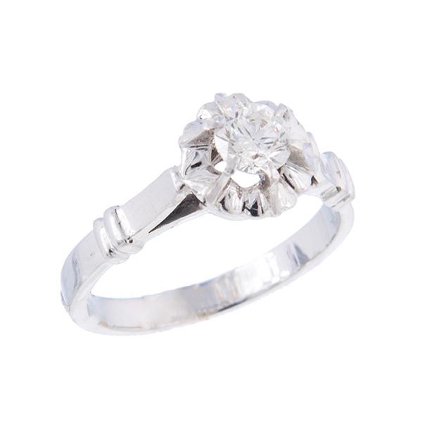 Solitario garra de ilusión montado en oro blanco con un diamante