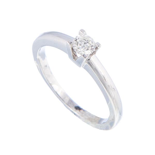 Solitario de oro blanco con cuatro garras montado con un diamante